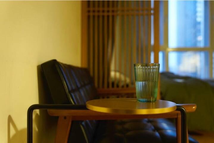 karimoku60沙发,日本设计经典。Frank Chou 经典边几。拎起放笔记本更灵活