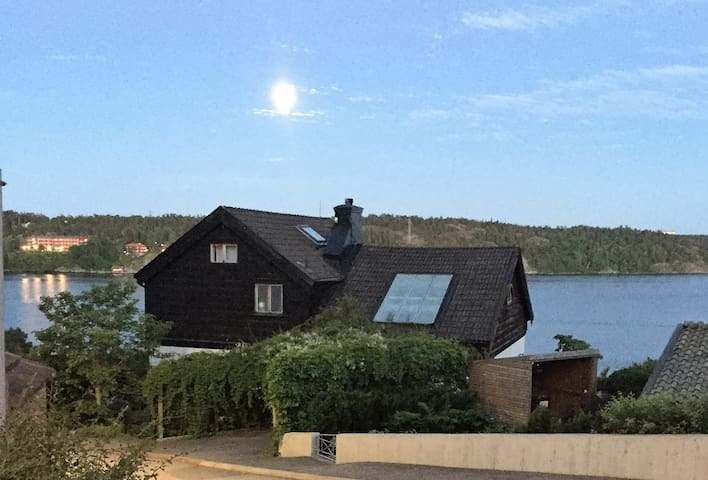 Big private house by the water with amazing view - Lidingö - 別荘