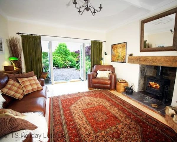 Strathview Cottage near the famous Gleneagles Hotel. Private Garden and parking. Pets welcome. Sleeps 2