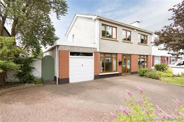 10mins to airport, 20mins to city! - Donaghmede - Huis