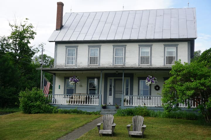 Farm stay at historic Strafford Farm- Private Room