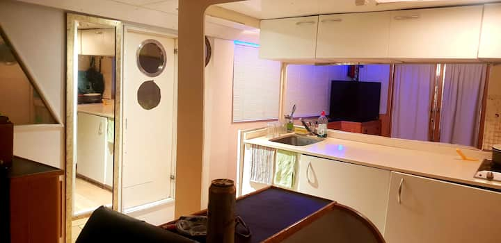 Single private Cabin on 16m Yacht.