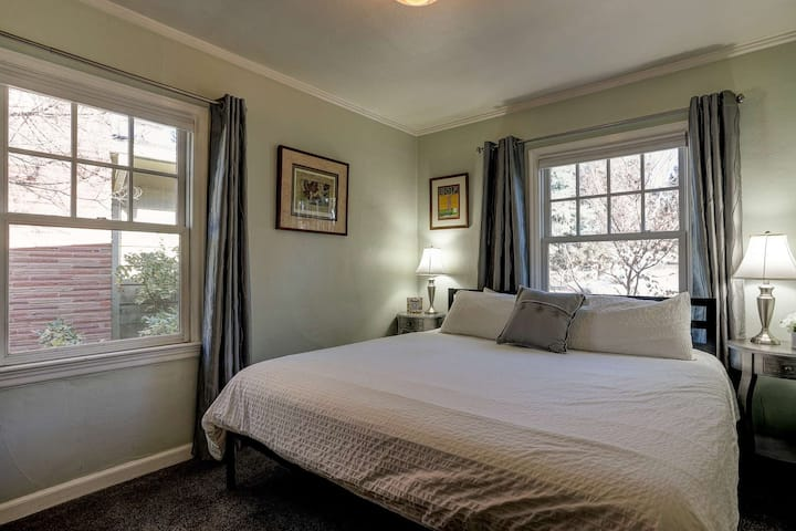 Historic Drake Cottage - Walk to Downtown Bend - Drake Park Across the Street - Perfect for Couples
