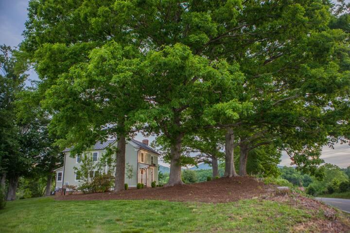 Elegant 3 Bedroom Farmhouse in Virginia