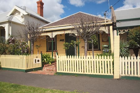 Classic 2 Bedroom Cottage, Close to every amenity - Geelong - Rumah