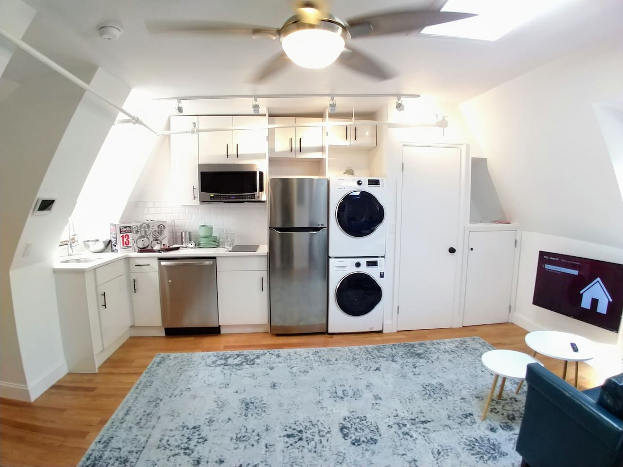 Penthouse, Full Kitchen, Washer & Dryer, Private Outdoor Space!
