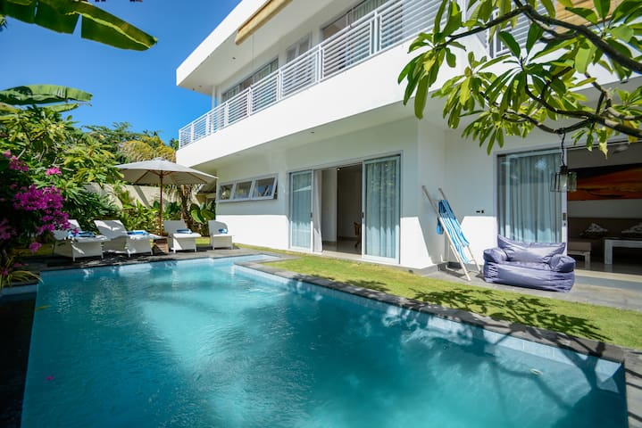 3bd villa, 300m2, 2 floors, located in central Seminyak, close to beach and good restaurants