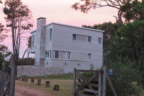 El Cipres de Garzón - Casa sobre la laguna Garzón