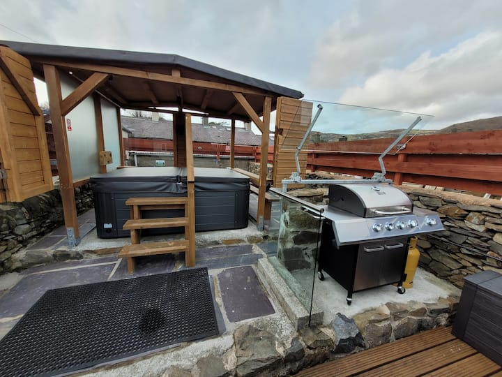 Llanberis Summer House with Hottub and sauna.