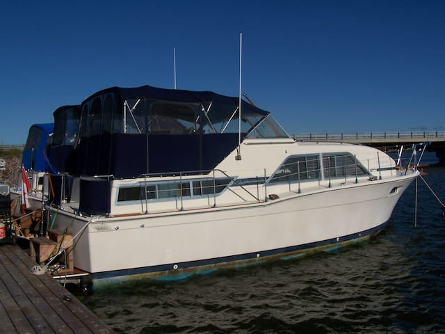 "Stay on Our Yacht ""Ment 2 B"" Sleep on The Water!"