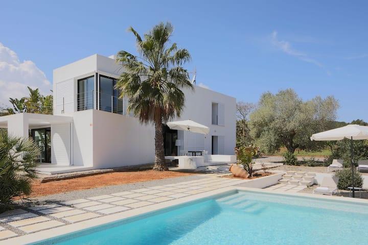 Moderna casa vacanza con piscina, vista montagna, Wi-Fi e aria condizionata; animali domestici ammessi, parcheggio disponibile
