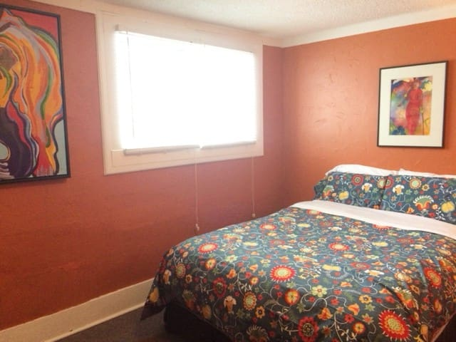 Downtown Rossland/Bright & Quirky 2 bdm Apt