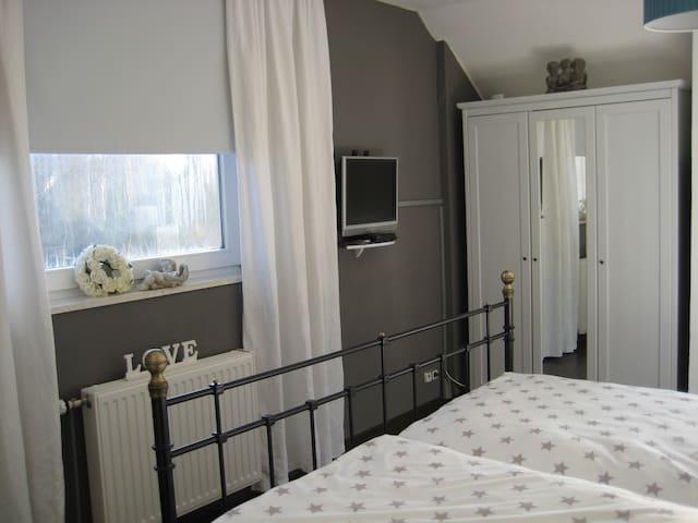 Schönes Zimmer mit Bad u. Teeküche - Edewecht - Huis