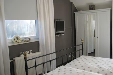 Schönes Zimmer mit Bad u. Teeküche - Edewecht - House