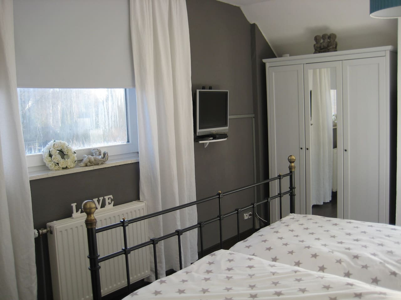 Schönes Schlafzimmer mit TV