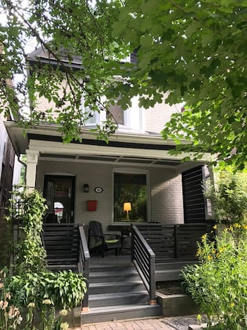 COZY RETRO RETREAT IN TRENDY LESLIEVILLE