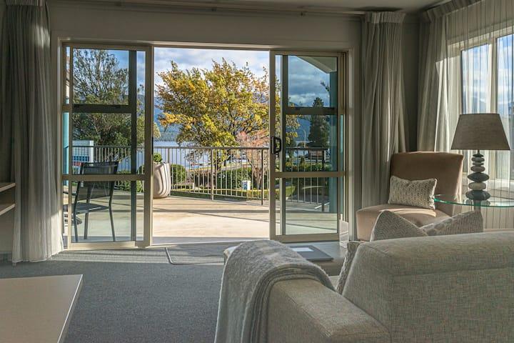 Premier Lakeview Two Bdrm Apartment - Upper Floor