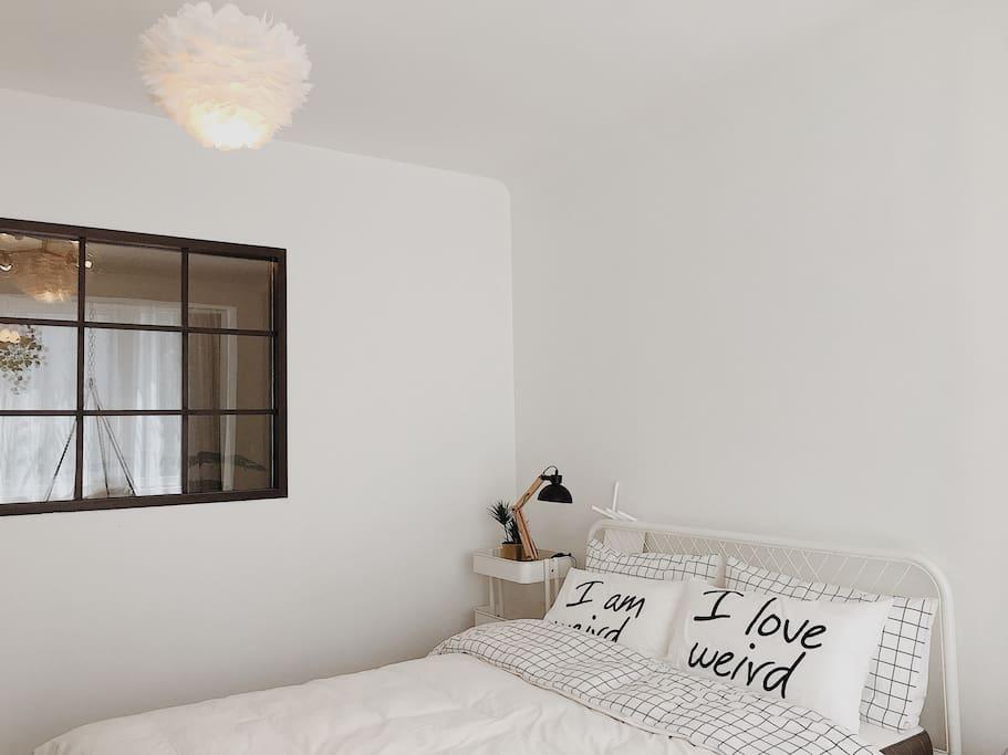 卧室与客厅坐了一扇小窗户 有配全遮帘的 羽毛灯也很仙儿~