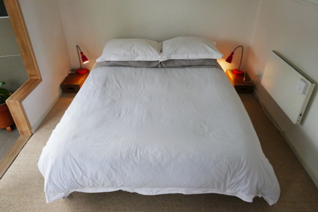 Double bed with organic cotton sheets. Nobo heater for chilly nights + a warm blanket if you need it too.