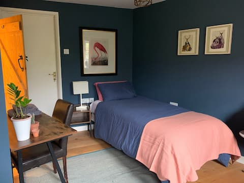 Private access self contained single ensuite room.