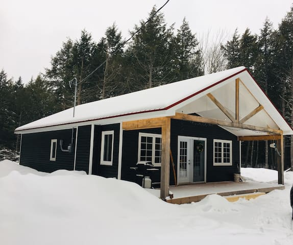 Cozy cabin tucked along a quiet lane.  Surrounded  by Hemlock and a short 6 minute drive from Ski Wentworth.  A four seasons gem for the outdoor enthusiasts.  18 minute drive to Tata Brew.  Conveniently located on the 55km Blue Route Cycling Trail.