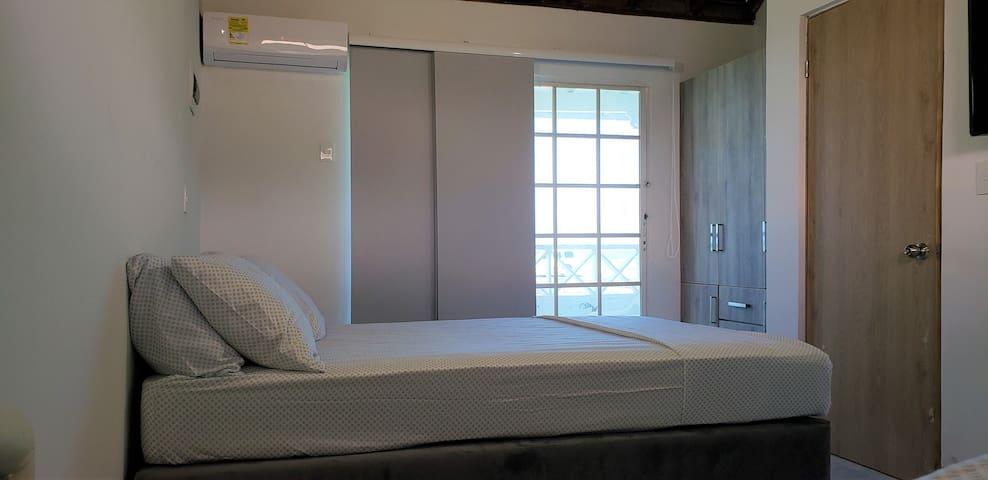 2da Habitación: Balcón vista al mar, TV, cable, A.A, cama doble de 1,40 m  tarima  de 1,20