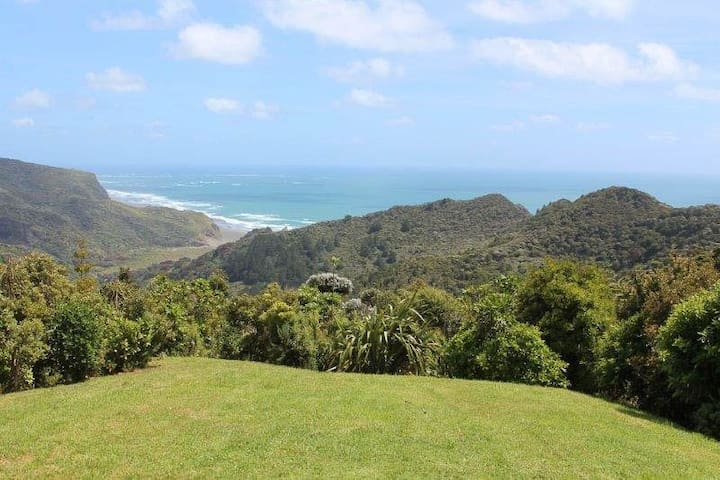 Piha Retreat with epic sea views! - Piha - House