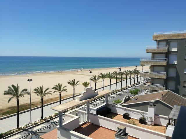 Mar y Sol. Costa Dorada. Ático delante de la playa