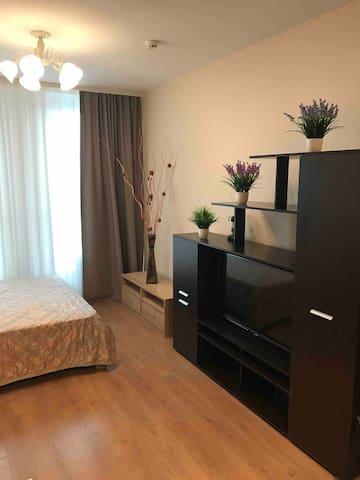 В гостиной также установлена полноценная кровать, диван и TV