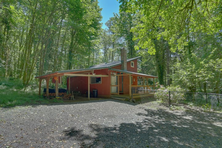 Peaceful, waterfront, dog-friendly cabin w/ wood stove, spacious deck, and grill
