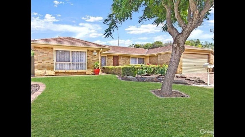 """FAMILY DELIGHT""     3 BEDROOM HOME - Wynn Vale - Huis"