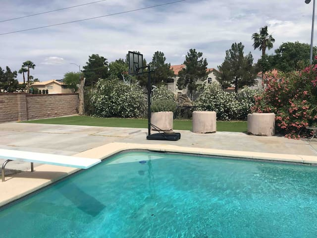 VEGAS VACATION PARADISE * 5 BEDROOMS * POOL * BBQ