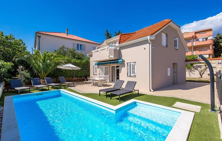 Villa with a pool in the centar of Novalja
