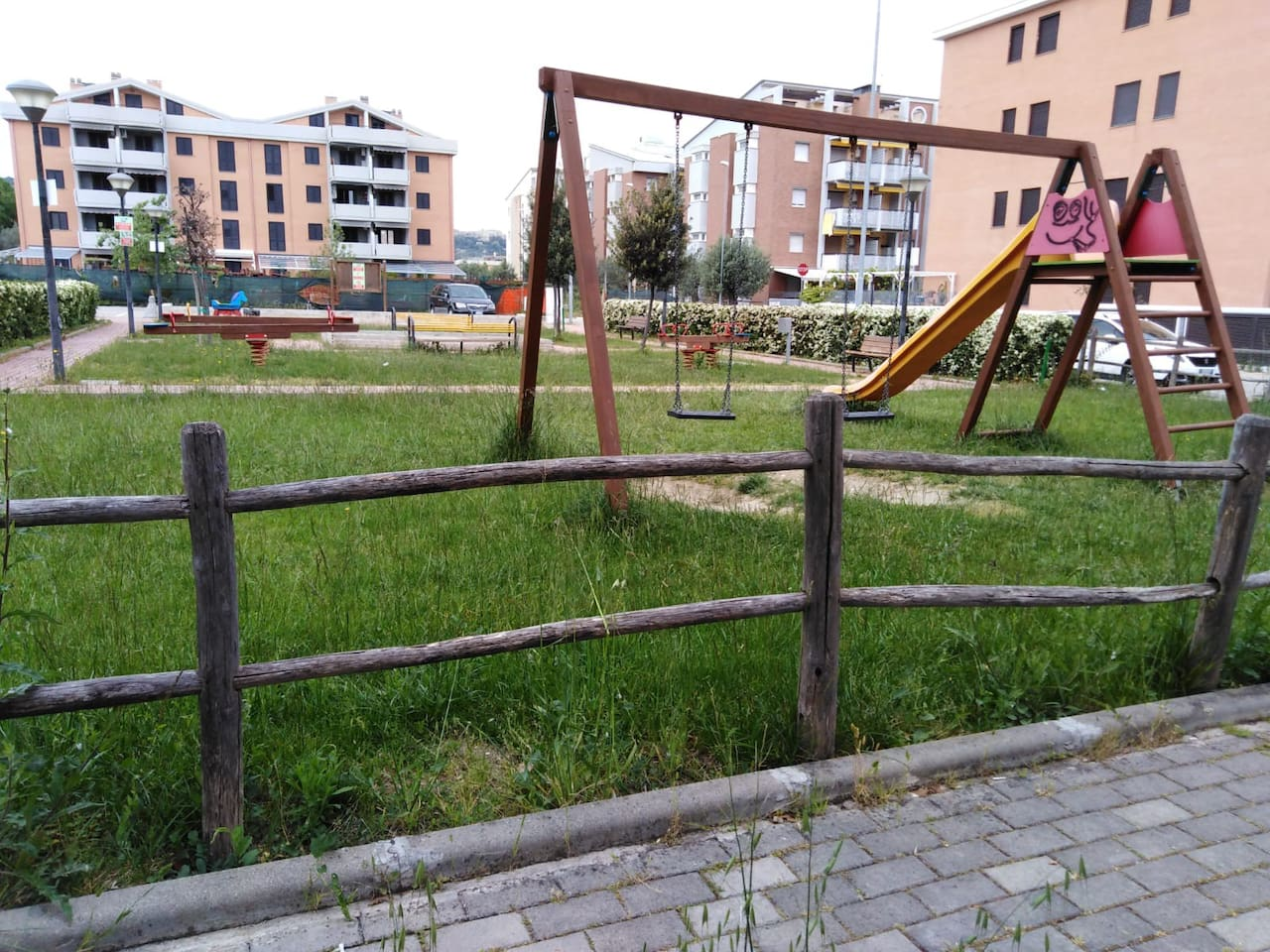 Parco giochi dietro l'angolo, Children's playground, behind the corner!