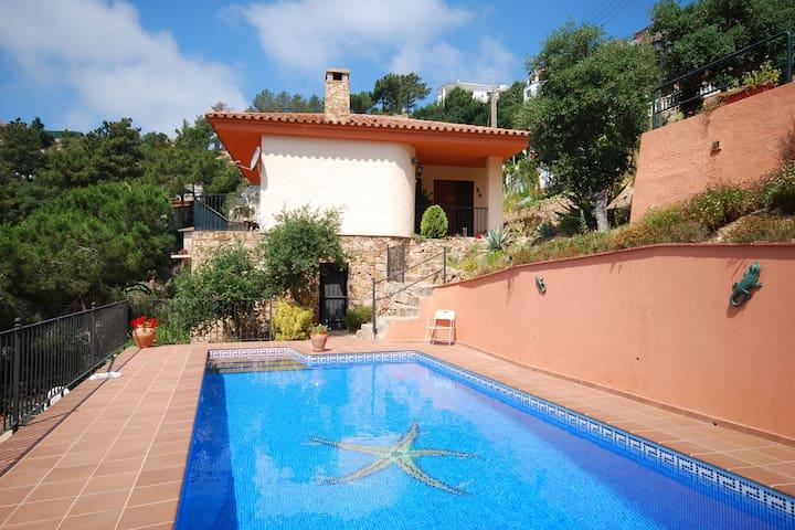 Cozy Villa in Lloret de Mar with Private Swimming Pool
