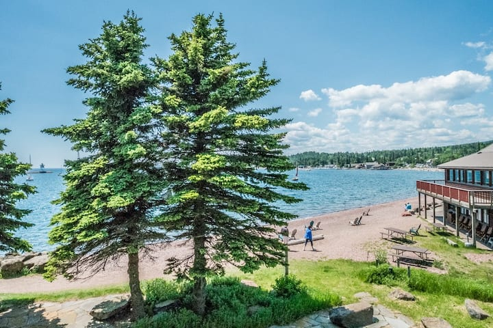 Cobblestone Cove Unit 3 is a cozy townhome with great amenities and walking distance to the lighthouse, shops and restaurants in Grand Marais