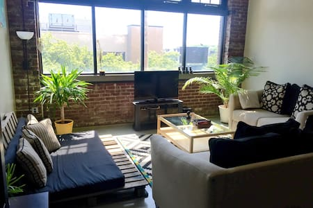 Beautiful Downtown Artist Loft - Wilmington