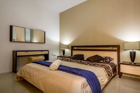 Charming Private Main Bedroom | Swieqi - Pis