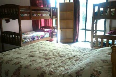舒適輕鬆家庭套房,落地窗外,野餐桌椅,紫藤樹下,涼風徐徐,正是度假風情 - Rolleston
