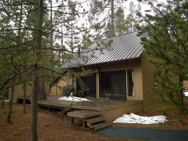 Cozy Sunriver Cabin with 8 SHARC Passes and View - Sunriver - 통나무집