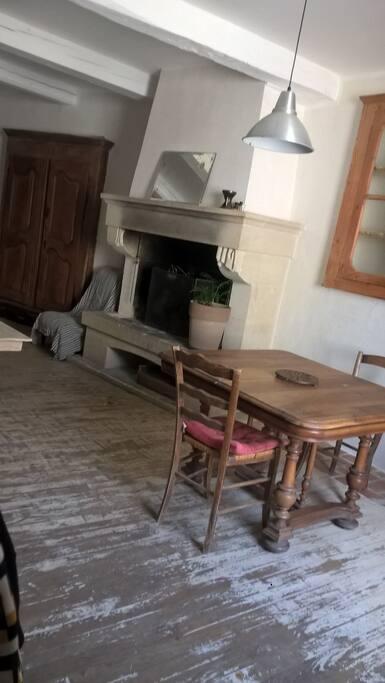 Une cheminée dans la pièce à vivre rend les soirées plus chaleureuses.