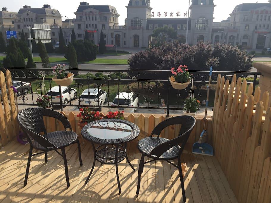 防腐木大露台,藤椅鲜花,给您带来的快乐时光。