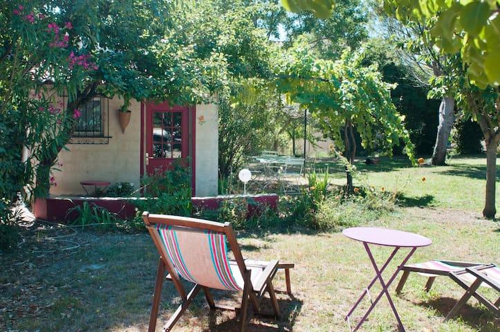 Maisonnette dans un jardin de Provence. - Rochefort-du-Gard - House