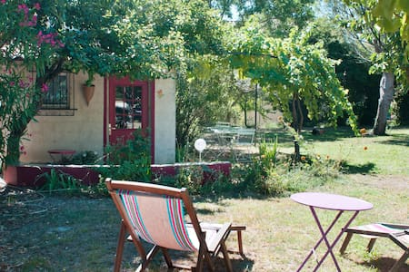 Maisonnette dans un jardin de Provence. - Rochefort-du-Gard