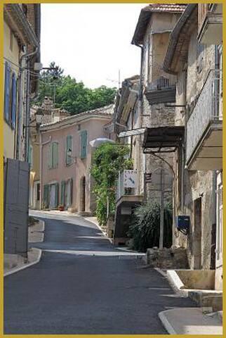 Maison de village provençal typique