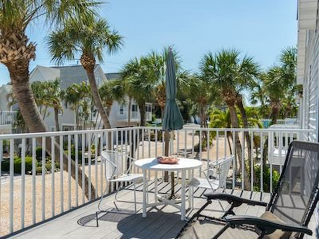 700 ft to beach, Lg Heated pool, on Gulf Drive
