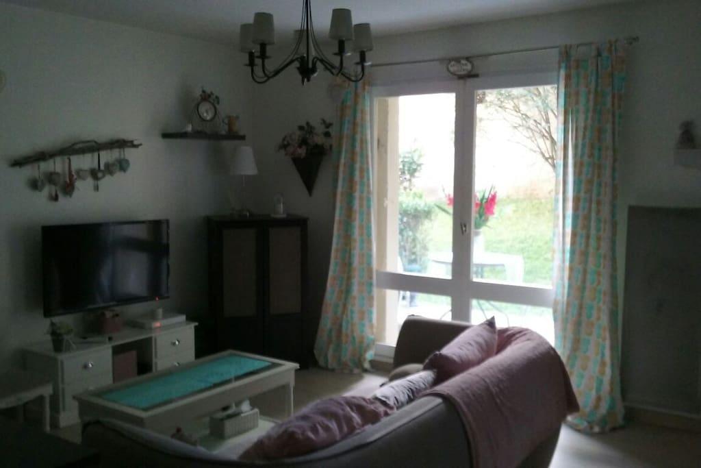 Côté salon avec ouverture sur la terrasse