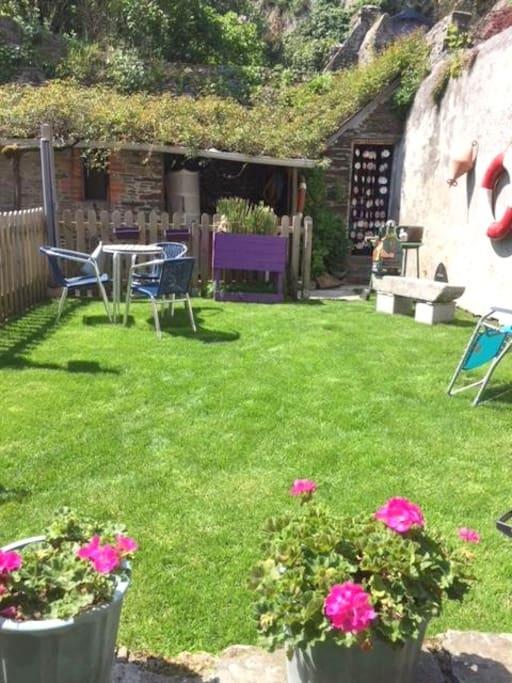 Jardinet : barbecue, hamac et chaise longue à disposition