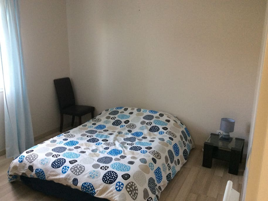 Grande chambre avec placard