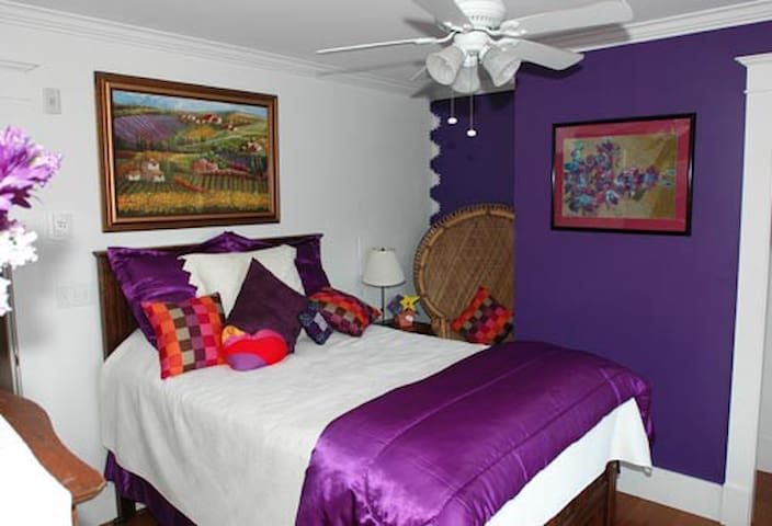 Amethyst Bedroom, Bold Colorful Life Estate - Boothbay - Daire